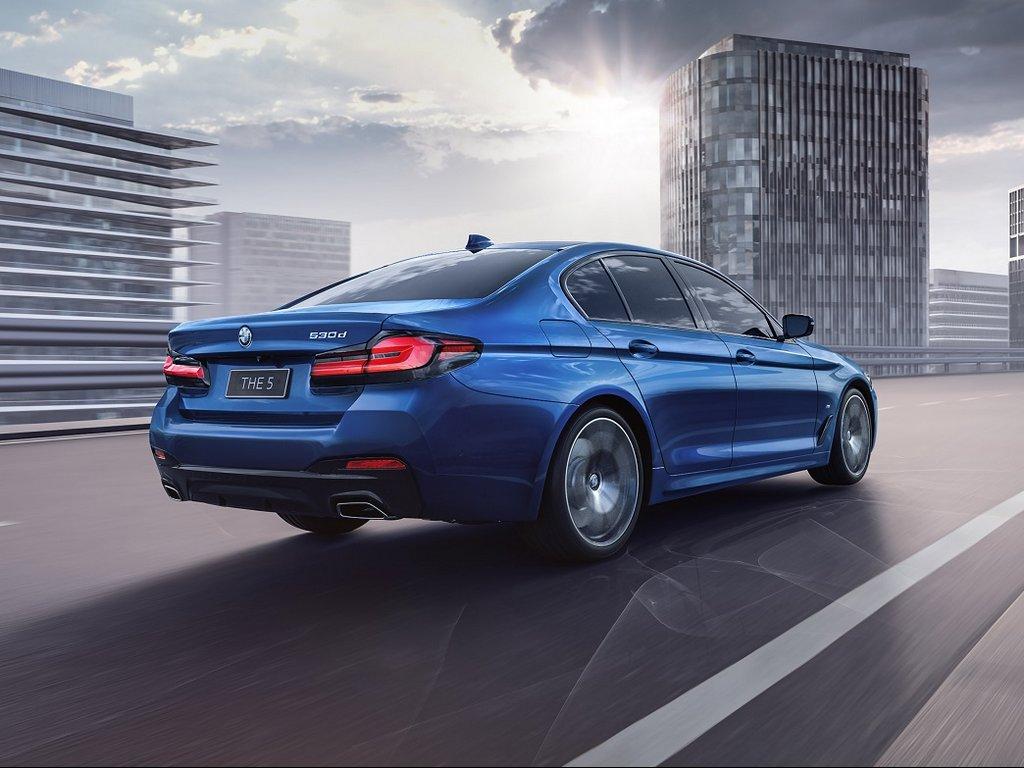 2021-BMW-5-Series-Rear-1